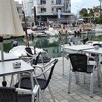 Sitzplätze am Wasser