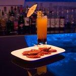 Tapas : Chorizo grillé, cocktail : La Exotica