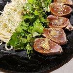 Atum levemente selado com gengibre e molho de shoyu, berinjela assada e folhas verdes