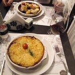 Escondidinho de bacalhau e lombo confitado com palmito e legumes