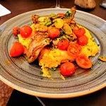 Kaninchen auf Kürbis-Kartoffelpüree mit Kirschtomaten und dicken Bohnen
