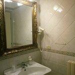 Bagno con ampio specchio