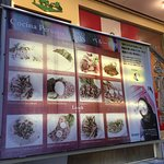 お店の入口に掲げられている料理の写真