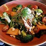 Super salad: grilled chicken, baby spinach, broccoli, green beans, carrots, tomato, quinoa & cas