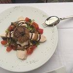 Ensalada de pollo con cebolla caramelizada y aliño cítrico
