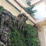 Часть сталактитовой стены, а за ней в вольере - филины