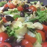 Insalatona Pomodori Ciliegino Carciofini sott'olio e Olive Taggiasche