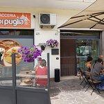 L'esterno della Focacceria Sfizi di Puglia