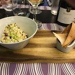 una entrada de humus en sus variedades tradicionales e innovadoras acompañado por un delicioso v