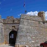 Η εισοδος απο το παρκινγκ στη νοτια πλευρα του καστρου. Προσβασιμη απ το δρομο προς Καραθωνα