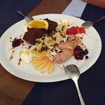 Nachspeisen Teller mit Mousse und frischen Früchten