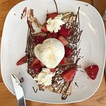Nutella et fraises: crepe topped with strawberries, Nutella, and ice cream