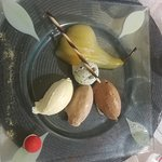 Poire poché et trio de mousses au chocolat