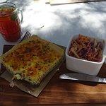 Am Mittagstisch: Quiche mit Salat und hausgemachtem Eistee