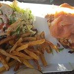 Plat du jour Brushetta deux saumon frites maison salade