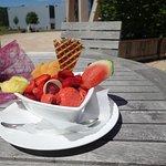 Leckereien mit Eis und Früchten