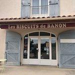 Les Biscuits de Banon, à la sortie de Banon, en direction de Simiane, sur votre droite.