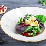 Салат с томатами и домашним сыром под гранатовым соусом
