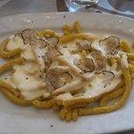 pasta tipica con sugo di formaggi e tartufo nero