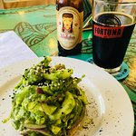 Tostada de Ceviche de Atún Verde y Cerveza Xacúa Stout Café de Olla