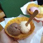 Bola de sorvete de dois sabores (meio a meio)
