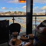Strategiskt beläget hamnkafé mitt i båthamnen med fantastisk utsikt.