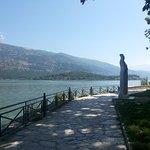 Περπατώντας δίπλα στη λίμνη