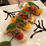 Bruschette con tonno sfilacciato e pomodorini gialli e rossi