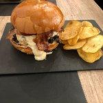 Hamburger con scottona,mozzarella di bufala, funghi trifolati, bacon e patatine chips