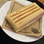 Pão (não lembro o nome) com presunto e queijo