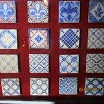 Panel con azulejos.