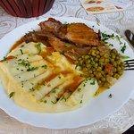 Второе блюдо из комплекса. Свинина какая то))) с пюре.
