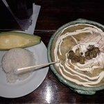 Ajiaco, sopa típica con pollo desmenuzado, caldo, papas, alcaparras, crema de leche, arroz, mazo