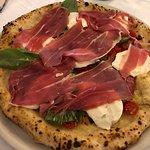 Sublime pizza avec du jambon de Parme