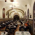 El salón principal con sus maravillosas mesas, los arcos de las puertas o ventanas con gran colo