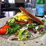 Frokost: Fiskefrikadelle, salat og sprød rugbrød med en smagfuld dressing