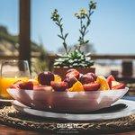 Bol de frutas y zumo de naranja natural...¡Un desayuno tropical!