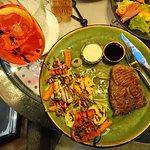 Стейк из телятины под двумя соусами и овощи-гриль