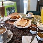 Desayunos y meriendas con jugos naturales y aguas detox.