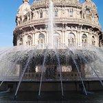 Il palazzo della Borsa, dietro la Fontana