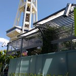 fachada do restaurante ao fundo Space Needle