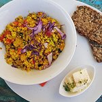 Vegane Vorspeise mit Tofu und Blüten