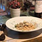 Pasta Trufada:   Spaghetti servidos con un sofrito de aceite de oliva y ajo, con trufa, vino bla