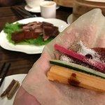 大都烤鴨位於尖沙咀K11,著名烤鴨是差不多每枱客人都會點的菜式。今晚點了六人套餐,當中就包括一整隻烤鴨,烤鴨不會太肥膩,一片香脆的鴨皮和一片鴨肉放在熱騰騰的薄餅上,再加上喜愛的配菜和醬料,非常