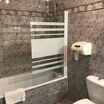 Neues Bad, optimale Zimmertemperatur, obwohl es draussen über 30 Grad C warm ist, fühlen wir uns