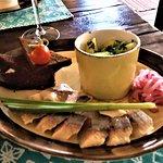 Plat: pommes de terre vapeur, oignons crus, hareng salé et pain noir au goût de pain d'épice