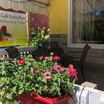 Terrasse extérieure et nom du Café