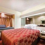 Econo Lodge  Inn & Suites Evansville