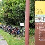 Parcheggio bici con utili rastrelliere (le bici sono comprensibilmente vietate sull'isola)