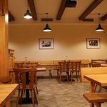 Nově zrekonstrovaný prostor spodní části restaurace.